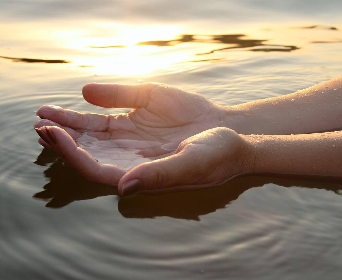 relaxation, main dans l'eau