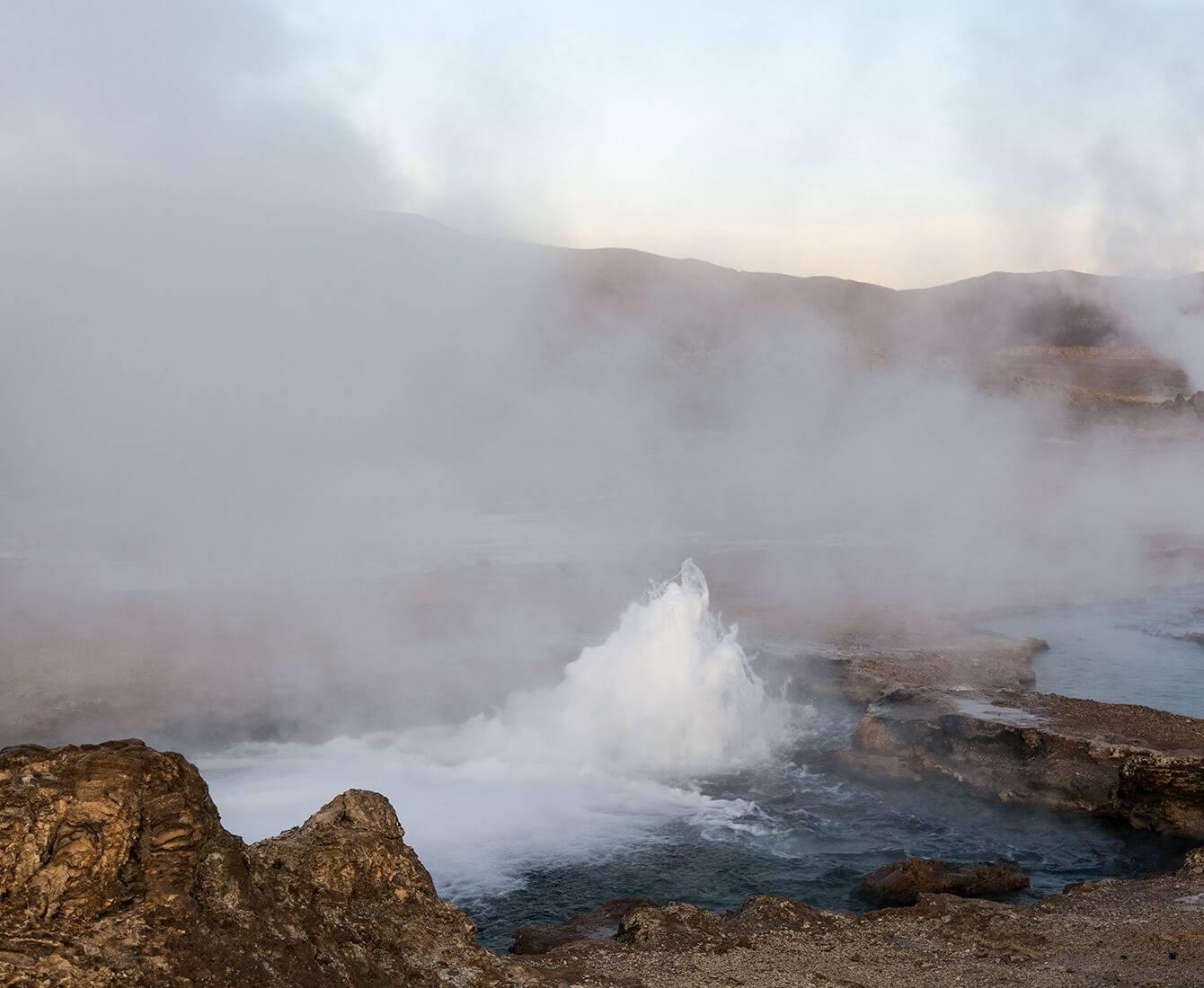 eau se brisant sur les rochers